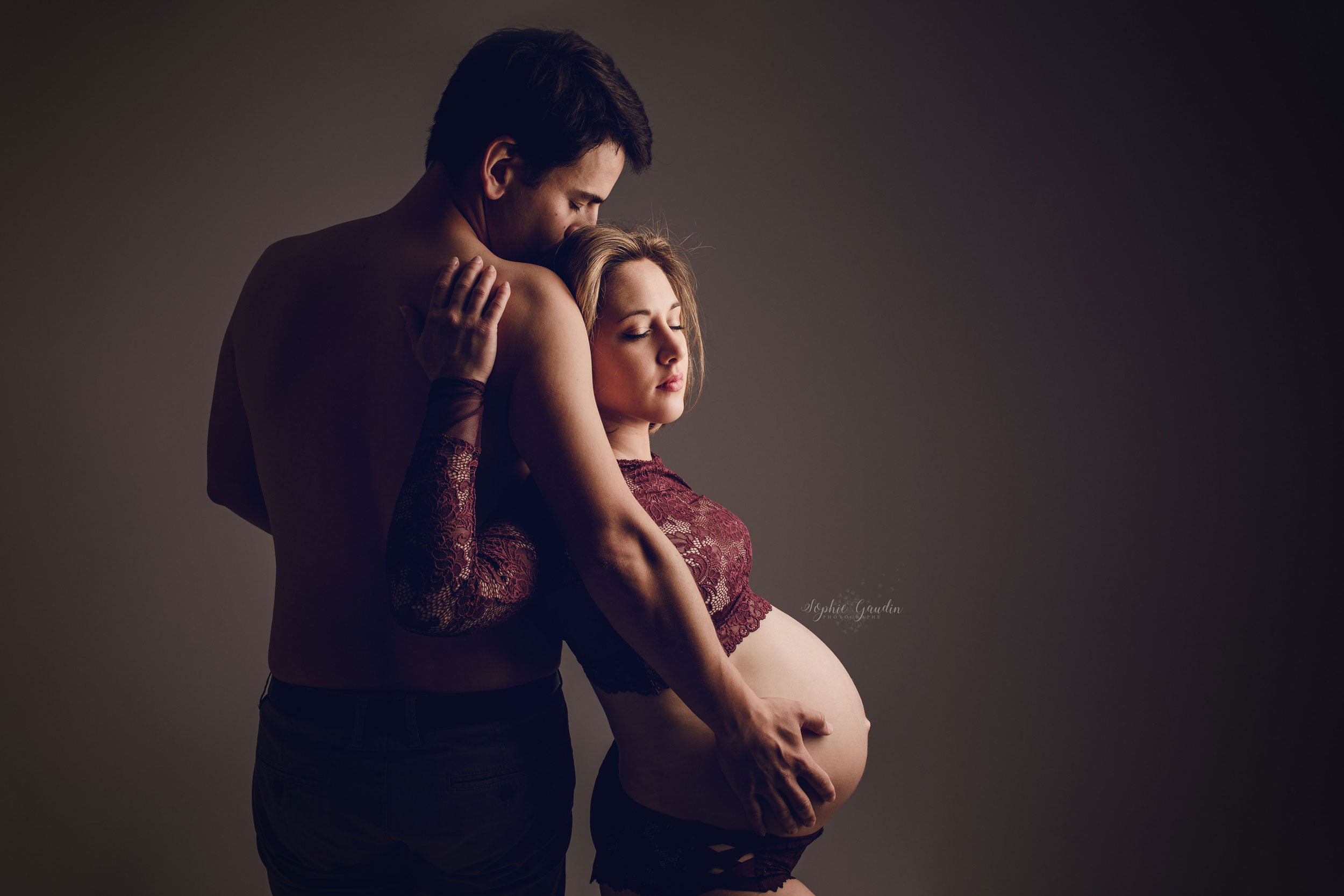 photographe-grossesse-couple-studio
