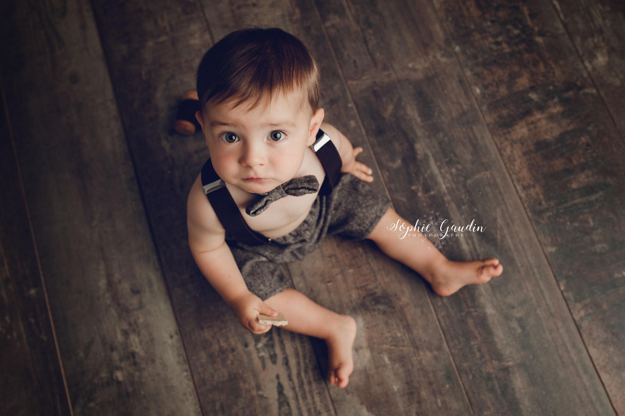 photographe-bebe-assis-noeud-papillon